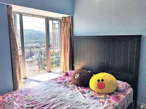 睡床墊高至窗台位置,住戶躺在床上亦可欣賞窗外美景。