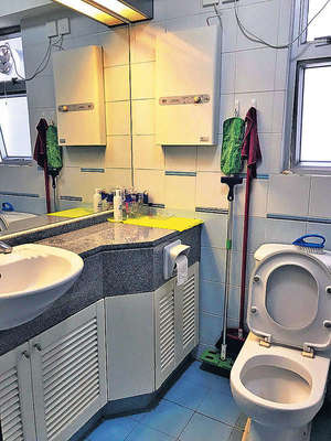 浴室乾淨企理,及設有一面大鏡。