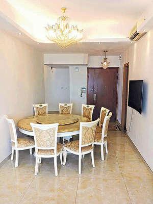 飯廳擺放8人餐枱,仍有空間活動。