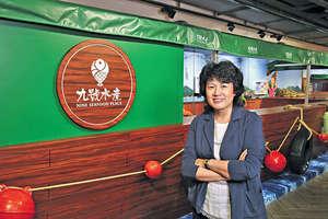 專賣店內放置一艘漁船及其他布置,都可看出香港由一個小漁港,發展成現今大都會,水產與香港的關係密切。(本刊攝影組)