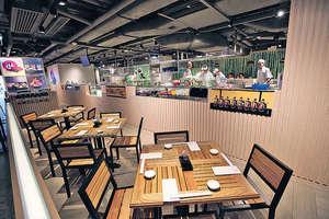 九號水產把海鮮街的概念放在市區,將零售、餐飲二合為一,為顧客提供一條龍服務。(本刊攝影組)