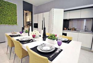 飯廳採用意大利品牌DaDa Pocket Door廚櫃,推開摺趟門成為開放式廚房。(本刊攝影組)