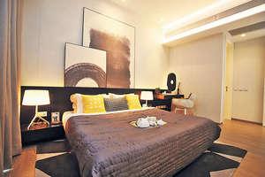 主人房約340平方呎,空間寬敞,擺放雙人床後仍可三邊落床,床邊更有一張小型工作桌。(本刊攝影組)