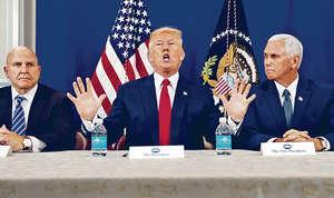 美國總統特朗普連續兩日對北韓作出強硬警告,揚言美軍武器已瞄準和上膛,意味可隨時攻擊北韓。圖為他與副總統彭斯(右)及國家安全顧問麥克馬斯特(左)會見記者。(路透社圖片)