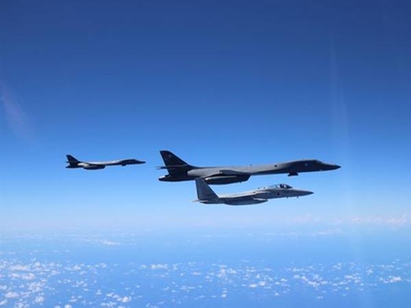 美、日發布兩國軍機聯合訓練的照片。