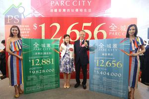 華懋集團銷售部總監吳崇武(右二)認為,荃灣全‧城滙首批單位較同區新樓有15%的折讓;左二為華懋集團銷售部高級銷售及市場經理陳慕蘭。