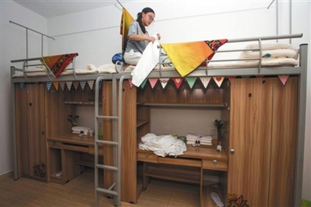 在四川省成都,開始出現出租暑期大學生宿舍的「共享宿舍」,每床每天25元人民幣。