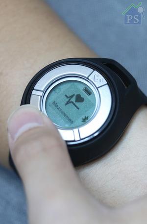 假設腕錶戴上左手,簡單將右手任何部位按壓在中間的金屬片上30秒, 即可快速並準確量度血壓、心跳及GSR壓力指數。