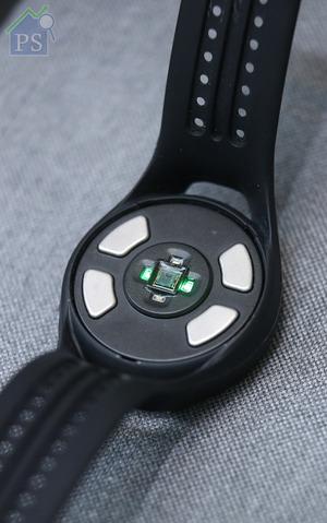 錶底發出綠光的位置是脈搏感應器,左右對角設計分別為心電感應器及皮膚電阻感應器。