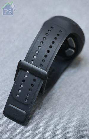 可承受高達30米水壓的Heartisans,錶帶為黑色矽膠。