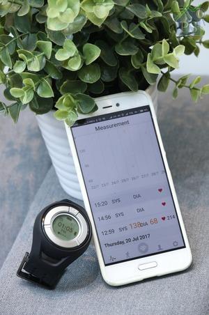 支援藍牙4.0、iOS 7.0及Android 4.0的智能腕錶Heartisans,可透過應用程式進行數據分析及24小時健康監控。