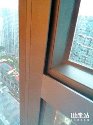 雨水從窗邊滲入的主要原因,是窗門不貼主框所致。