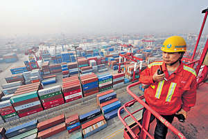 中國的外貿繼2015及2016年連續兩年下跌後,已全面回穩;無論是國內還是國外,需求方面還是供給方面都已轉好。(新華社資料圖片)