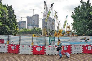 房屋問題困擾香港,上屆政府期內土地供應雖然有上升,但還不足以滿足現在的需求,結果輪候公屋延長至逾4年,私樓價格更是辣招盡出仍高企。(資料圖片)