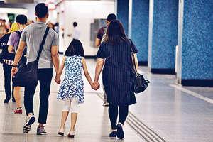 親子相處融洽,不單止有利家庭關係,有研究更發現,學童只要多跟家人接觸,中、英、數等科目成績會更好。(資料圖片)