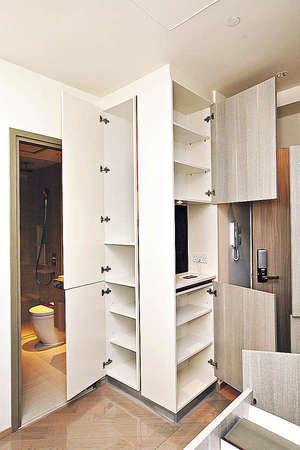 單位地板為淺啡色複合木,配搭提供充足儲物空間的棕色廚櫃,營造和諧溫暖感覺。(曾有為攝)