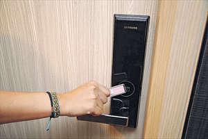 映御所有單位皆配置酒店式電子鎖,提供3種解鎖模式分別是使用輕掃智能咭、輸入密碼以及使用鎖匙。(曾有為攝)