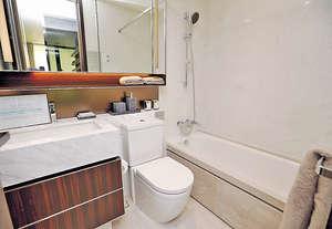浴室以白色為主調,並且設有浴缸,適合喜歡浸浴的人士。(本刊攝影組)