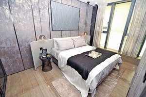 主人房則擺放雙人床,仍然可以三邊落床,還設有入牆衣櫃擺放戶主衣物。(本刊攝影組)