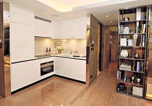 廚房採用開放式設計,備有多個儲物櫃,並且設有層架擺放調味料。(本刊攝影組)
