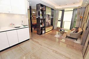 長方形客飯廳外連22平方呎露台,以不規則淺色條紋裝飾牆身,凸顯時尚感。(本刊攝影組)