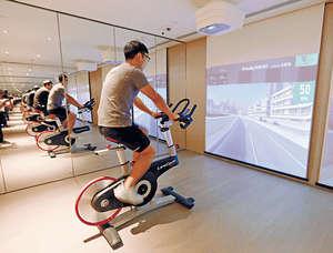 會所將設實景互動單車,住戶可透過熒幕,感受在香港公路踏單車的樂趣。(圖為售樓處的相關模擬設施)(本刊攝影組)