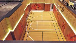 多用途運動場,既是半個籃球場,亦可以化身成為羽毛球場。(會所模型)(本刊攝影組)