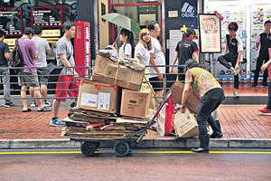 廢紙出口商下周發動全面罷市,停收廢紙,苦了一眾前綫中小回收商,靠撿拾廢紙維生的基層,更欲哭無淚。(資料圖片)