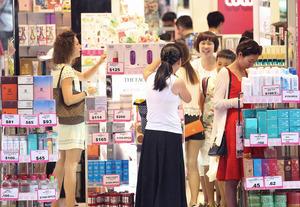 訪港旅客數字漸見回升,加上零售旺季快將來臨,化粧品店近月積極租舖。