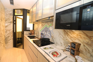 長型廚房的牆身及工作枱面均以雲石打造,並連接一個約16平方呎的工作平台。
