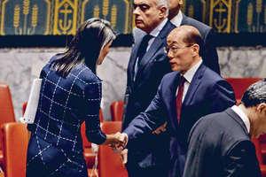據報美國為爭取中方同意,決定減輕制裁力度。圖為美國駐聯合國大使黑莉(左)與中國常駐聯合國代表劉結一握手。(路透社圖片)