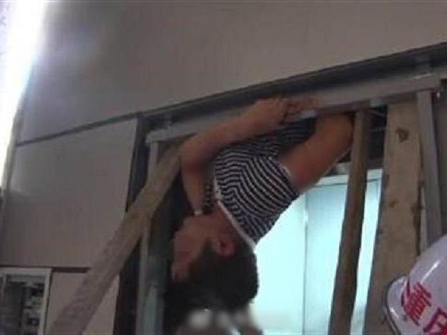 重慶武隆區一名男工人,日前在一幢住宅安裝升降機時,升降機突然上升,工人被夾。