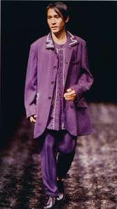 說到本地藝人登上國際時裝舞台,1996 年 Yohji Yamamoto 找來影帝梁朝偉行「貓步」。