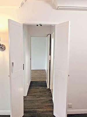廳與房之間走廊位,可在上方加設儲物櫃。(代理提供)