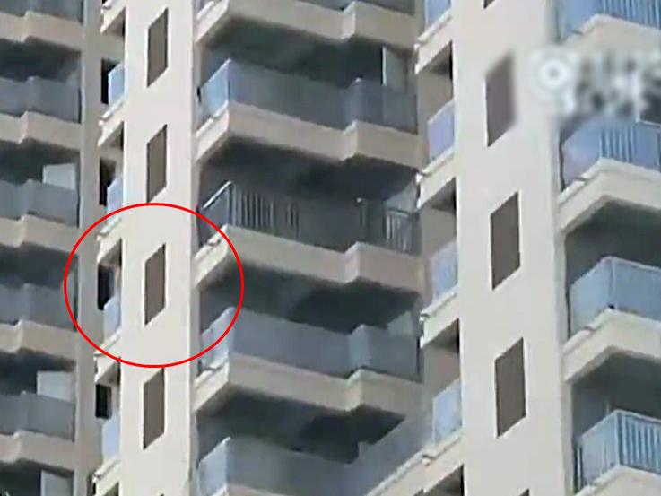 樓盤的其中一列窗,是畫上去的(紅圈)。