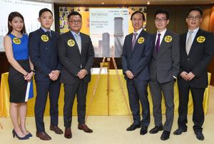 遠東發展國際營業及市場董事王俊琳(左三)委託美聯地產為澳洲墨爾本WEST SIDE PLACE在港進行銷售。右三為美聯物業住宅部行政總裁布少明。