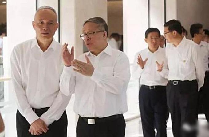 北京市委書記蔡奇(左一)近日罕有地帶隊,到毗鄰的天津市考察,並與天津市委書記李鴻忠(左二)座談。