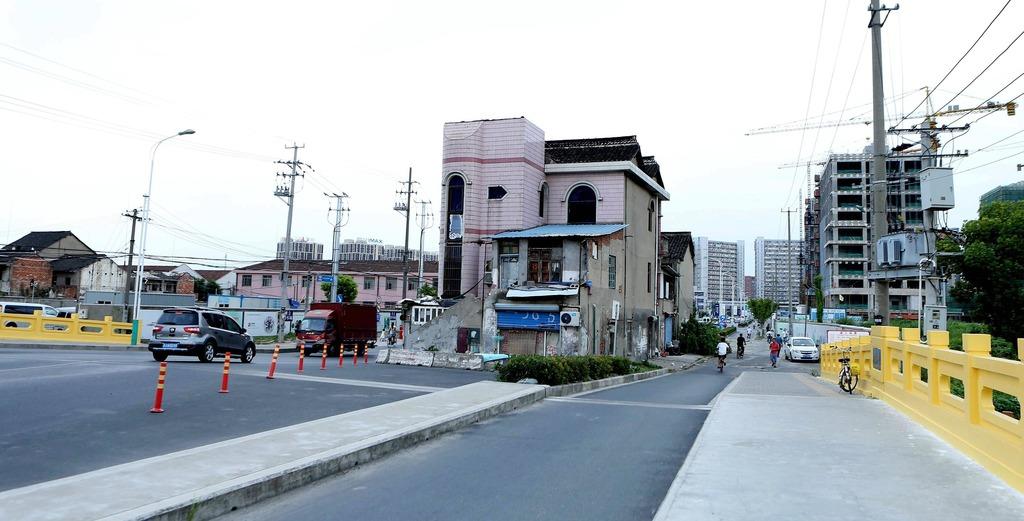 屋子霸氣地位於馬路中心。