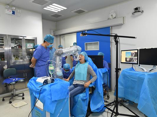 西安首宗機械人牙醫成功植牙。(圖片來源:空軍軍醫大學)