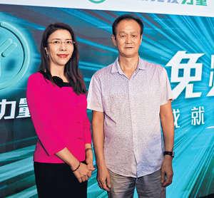 臨床腫瘤科專科醫生潘智文(左)指患有肺癌的蕭先生,接受免疫治療後病情受到控制。(張意宇攝)