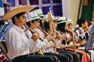 外國研究指出,學習音樂有助培養孩子聽覺敏感度,因而加強認字能力,令學業更順利。(新華社資料圖片)