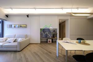 廳堂的用色與用料方面,設計師以白色與淺啡色為主調,材料亦以木材、木紋飾板居多,以此突顯單位的工整、寬敞的優勢。