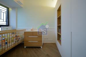 寶寶房感覺清新又舒適,一幅粉綠色的牆面,造了衣櫃及放了嬰兒床,布局俐落。