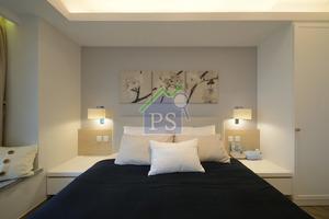 床背牆髹上粉藍色,牆上掛置花主題的掛畫,淡雅簡約。