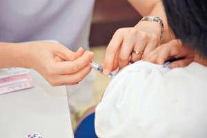 本地親子論壇常有家長稱子女從沒接種疫苗,但一直相安無事,其實小孩或受已接種疫苗的友伴保護而不自知。(資料圖片)