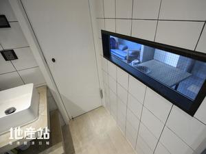 設計師在新造窗框加裝金屬百葉簾,提升使用時的私隱度。