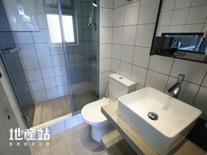 浴室原位保留但重新布局,同時以白色牆磚配襯黑色髹口粉,營造光亮而前衛的感覺。