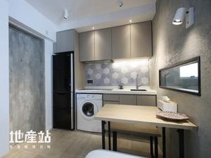 設計師在原有飯廳加建開放式廚房,以啞灰色防火膠板配襯水泥批盪飾牆及仿水泥面地磚。吊櫃與地櫃之間另以蜂窩造型的花紋瓷磚裝飾,尤其吸引。