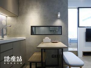 單位改造全屋間隔,並以水泥批盪牆身及暗門,襯托鐵綫玻璃及黑色鐵材等,打造框架下的破格時空。