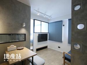 客廳由廚房改建而成,設計師以水泥磚搭建屏風外,同時以3件空心磚貫通視野。